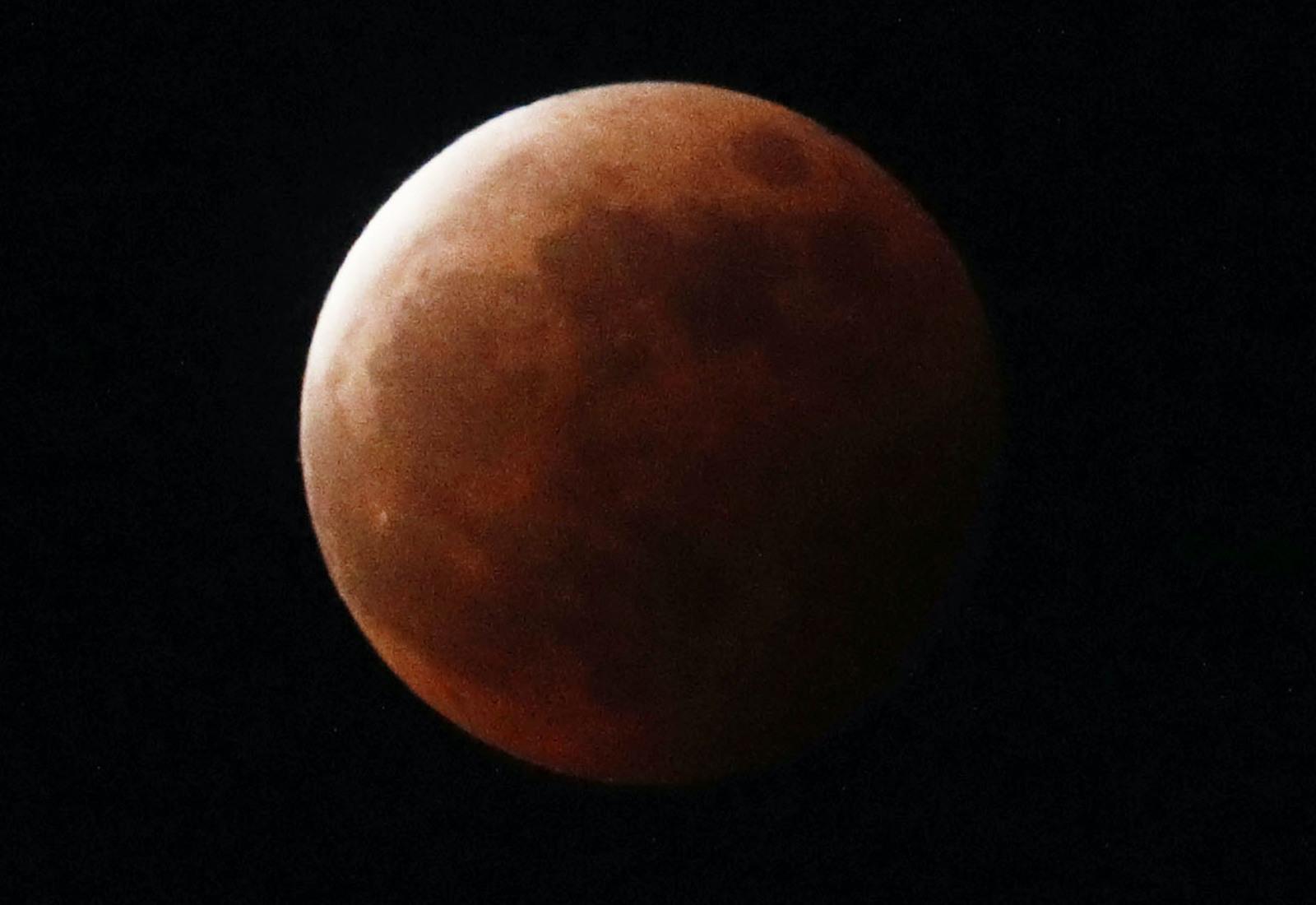 Japão testemunha eclipse total da superlua